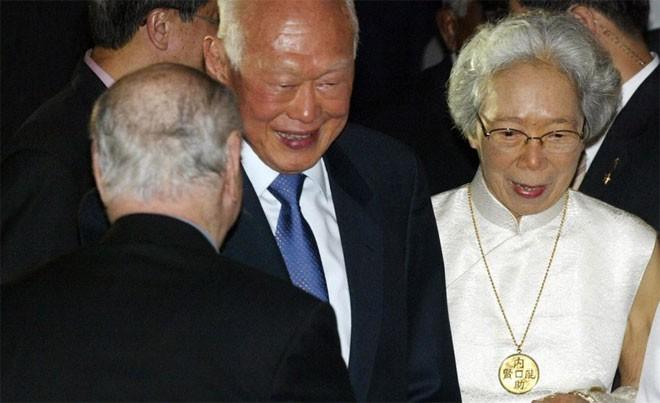 Trong những năm cuối đời, bà Kha Ngọc Chi, phu nhân ông Lý Quang Diệu, bị ốm nặng, suy giảm trí nhớ, và phải nằm liệt giường. Trả lời phỏng vấn tờ New York Times vào năm 2010, ông Lý Quang Diệu nói rằng, áp lực từ việc chăm sóc người vợ ốm còn lớn hơn bất kỳ áp lực nào mà ông phải đương đầu trong chính trị - Tin: BBC/Ảnh: Getty.<br>