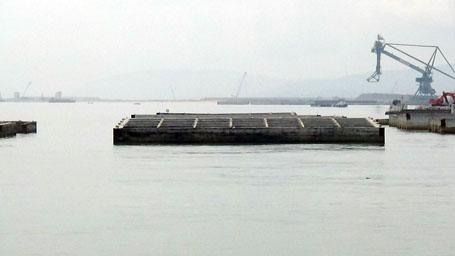 Hầm dìm sau khi đúc, sẽ được tàu lai dắt ra vị trí mới đánh chìm, đấu nối với nhau