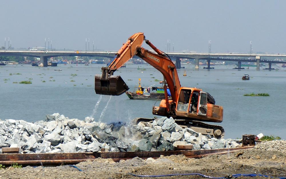 Việc san lấp sông Đồng Nai vẫn diễn ra bất chấp phản ứng từ nhiều phía - Ảnh chụp trưa 25/3