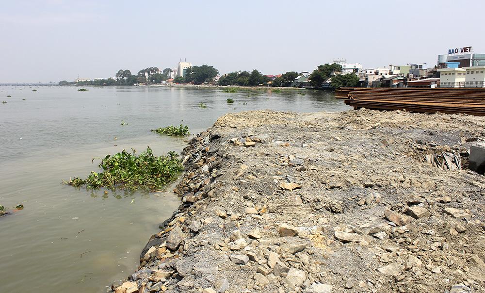 Các khối đá to được chèn phía xa bờ sau đó đá nhỏ hơn sẽ được dùng để tạo mặt bằng
