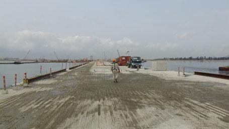 Một đoạn đê chắn sóng sau khi các hầm dìm được lắp ghép với nhau bao quanh cảng Sơn Dương