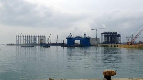 Hệ thống giàn giáo phục vụ đúc hầm dìm phục vụ xây dựng đê chắn sóng trước khi bị sập đổ 1 ngày.