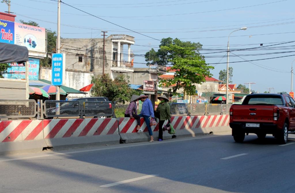 Nhưng ở khu đông dân cư thì gần như không có lối sang đường.
