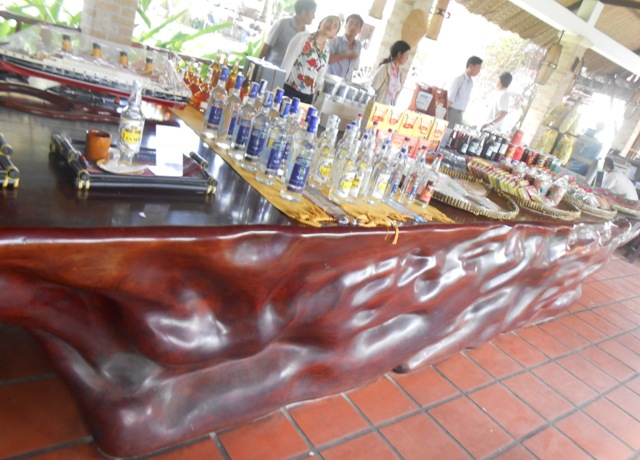 Thân bàn cao độ 1m, dài nguyên khối, với nhiều khối u, gồ ghề và vân gỗ tự nhiên rất đẹp.