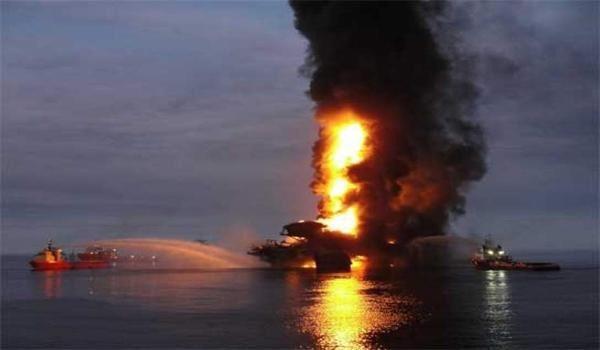 Giàn khoan dầu tại Vịnh Mexico bốc cháy ngùn ngụt, 4 người chết