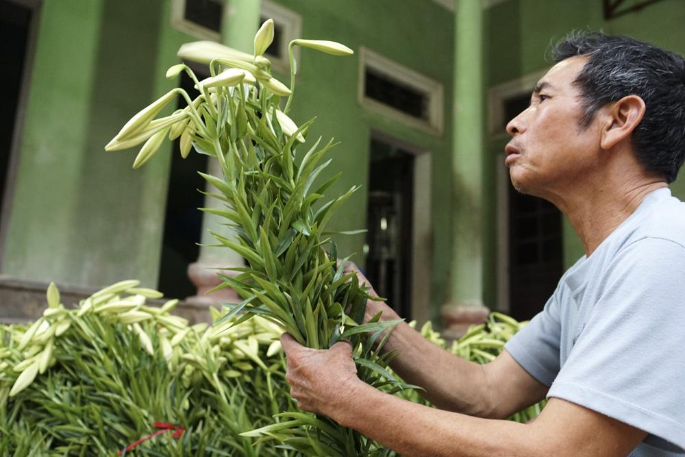 Ông Đường đang ngồi kì cạch mớ kèn lại để buổi tối các con ông sẽ mang ra chợ Quảng An bán.