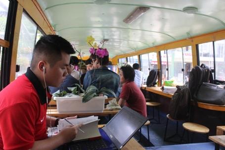 Hà Nội: Quán cà phê độc đáo trong chiếc xe buýt 45 chỗ