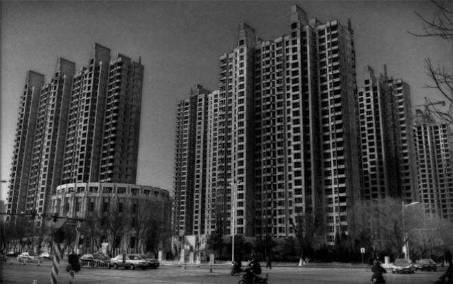 Dấu hiệu của bong bóng nhà đất: một toà nhà xây dở dang tại Xingtai. Cùng với việc các nhà máy phải đóng cửa, sự đổ vỡ của thị trường nhà đất cũng là vấn đề lớn tại Hồ Bắc. Năm ngoái kinh tế tỉnh này tăng trưởng 6,5%, nằm trong nhóm thấp nhất cả nước và thấp hơn hẳn so với mục tiêu 8% - Ảnh: Bloomberg.