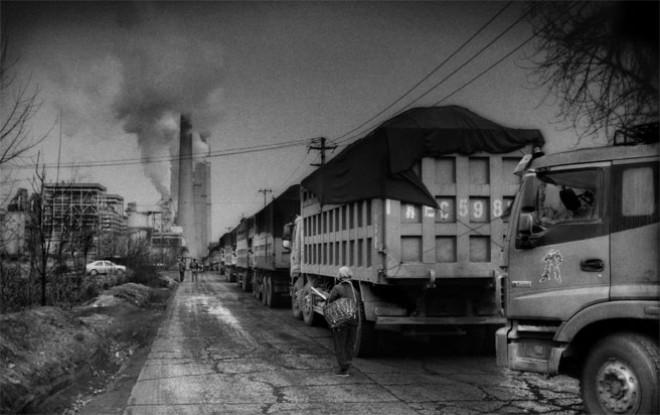 Xe tải chở than tại một nhà máy điện nằm giữa hai thành phố Xingtai và Handan. Handan cũng là một trong số 10 thành phố ô nhiễm nhất Trung Quốc. Hồ Bắc chiếm khoảng 25% trong tổng sản lượng thép trên 800 triệu tấn mỗi năm của Trung Quốc. Tỉnh này cũng là một trong những nơi sản xuất thuỷ tinh và xi măng lớn tại Trung Quốc - Ảnh: Bloomberg.