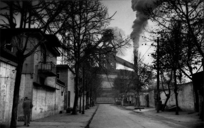 Một khu dân cư bên cạnh một nhà máy bị đóng cửa - Ảnh: Bloomberg.