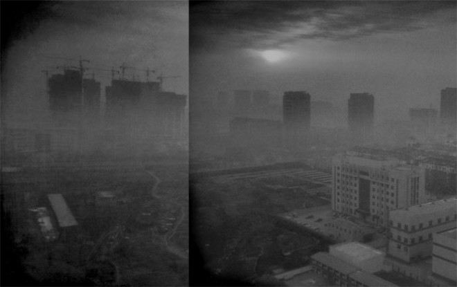 Khói bụi bao phủ thành phố Xingtai thuộc tỉnh Hồ Bắc, nằm trong vùng công nghiệp trọng điểm ở phía đông Trung Quốc. Xingtai là một trong 10 thành phố ô nhiễm nhất cả nước. Không chỉ gây ô nhiễm tại đây, lưu huỳnh dioxit, nitơ dioxit và bụi từ các nhà máy công nghiệp bao trùm cả Bắc Kinh. <br><br>Trước tình trạng không khí tại Bắc Kinh và vùng lân cận trở nên không thể thở nổi, chính phủ Trung Quốc đã yêu cầu giảm hoạt động sản xuất tại Hồ Bắc, theo hãng tin Bloomberg.<br>
