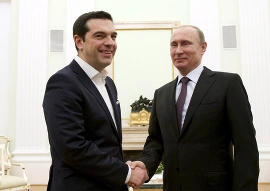 Tổng thống Nga Vladimir Putin (phải) tiếp Thủ tướng Hy Lạp Alexis Tsipras hôm 8-4 Ảnh: Reuters