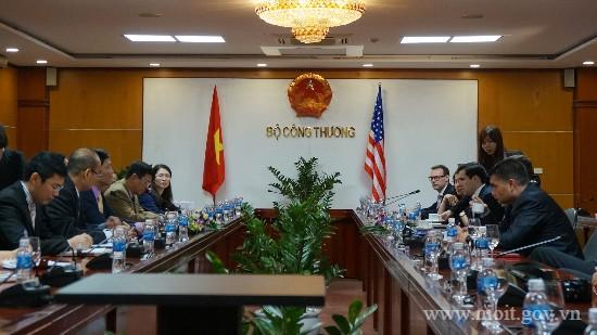 """Việt Nam mất lợi thế lao động giá rẻ, nhà đầu tư """"dọa"""" bỏ sang Lào, Campuchia"""