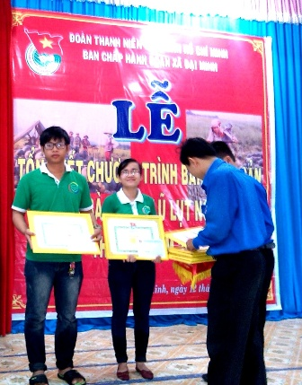 Huyện đoàn Đại Lộc tuyên dương thanh niên giúp dân bán dưa hấu