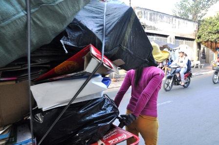 Hàng ngày, chị Hồng vẫn đẩy xe ve chai rong ruổi khắp các tuyến phố để mưu sinh