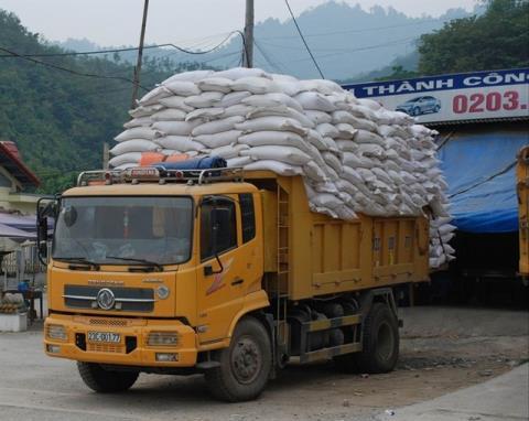 Hàng ngàn tấn gạo bị ùn tắc ở cửa khẩu do Trung Quốc ép để thu thuế