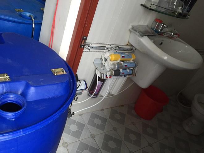 Thu giữ khăn giấy ướt được làm trong nhà vệ sinh. Ảnh: Cao Hùng