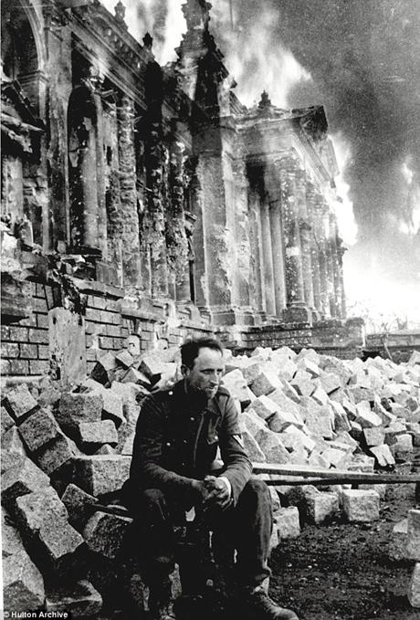 Một người lính bại trận ngồi tại đống đổ nát tại Reichstag sau khi nước Đức bại trận.