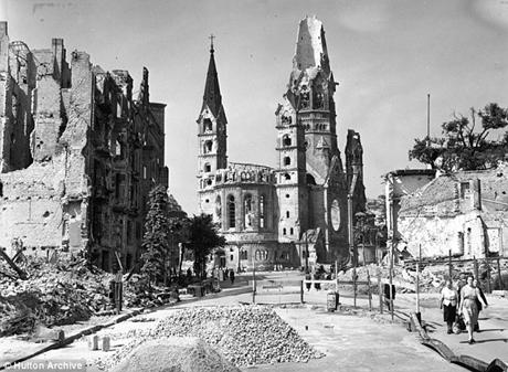 Ảnh chụp nhà thờ Kaiser Wilhelm Memorial 2 tháng sau khi Thế chiến thứ hai kết thúc...