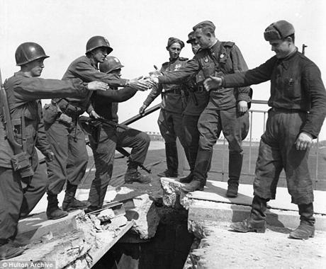 Các bức ảnh cho thấy sự phối hợp của các binh sĩ Liên Xô và Mỹ sau khi giành được Berlin.