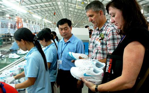 Kiểm tra chất lượng tại một nhà máy của Nike ở Việt Nam. (Ảnh: vibonline.com.vn)