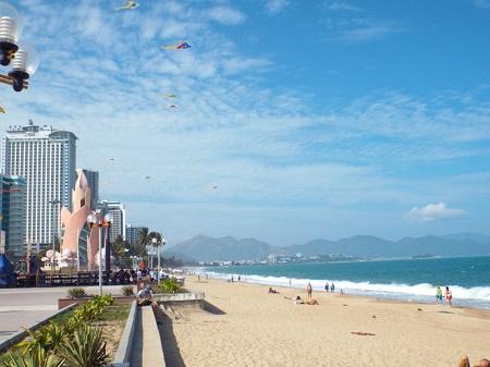 Bãi biển Nha Trang, phía Đông đường Trần Phú, TP Nha Trang, tỉnh Khánh Hòa (Ảnh: Thủy Nguyên)