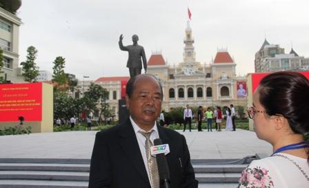 Nhà điêu khắc Lâm Quang Nơi, tác giả mẫu Tượng đài Bác Hồ có mặt tại lễ khánh thành.