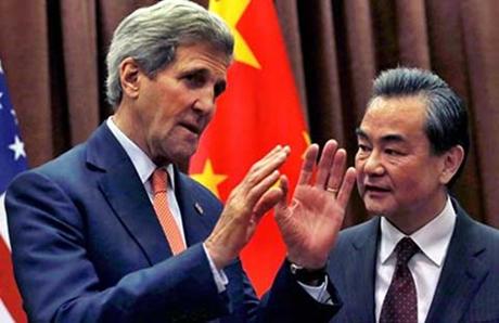 Ngoại trưởng Mỹ John Kerry (trái) và người đồng cấp Trung Quốc Vương Nghị. (Ảnh: