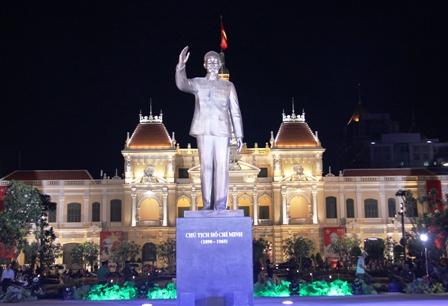 Tổng bí thư Nguyễn Phú Trọng dâng hoa Tượng đài Bác Hồ