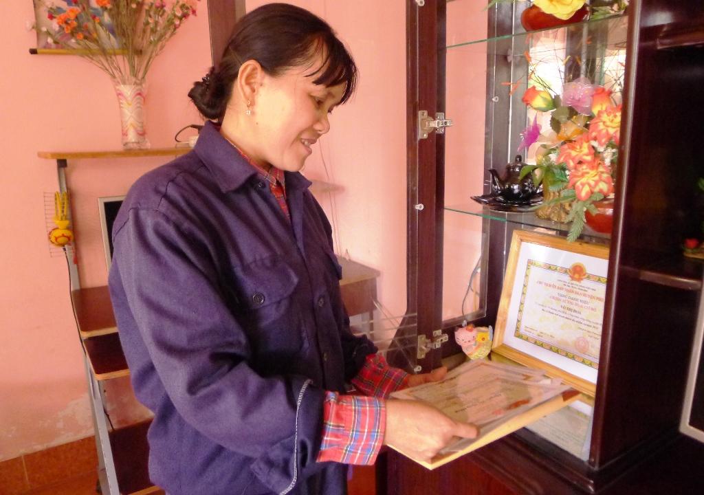 Sự vất vả của chị trong suốt 18 năm qua giờ đã được đền đáp bằng những tấm giấy khen của 3 đứa con