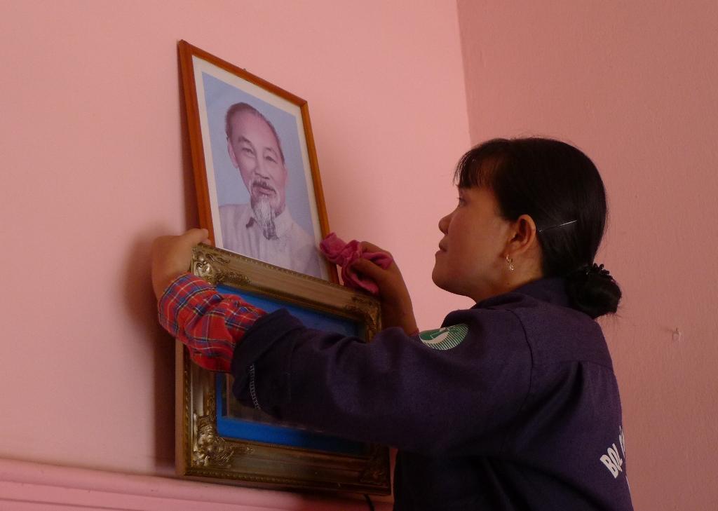 Trong căn nhà khang trang của mình, vợ chồng chị Hoa dành chỗ trang trọng nhất để treo ảnh Bác Hồ