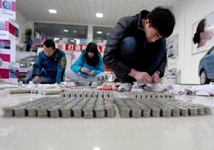 Các nhân viên ngân hàng mất 13 giờ để đếm hết số xu nặng 716kg này. Ảnh minh họa