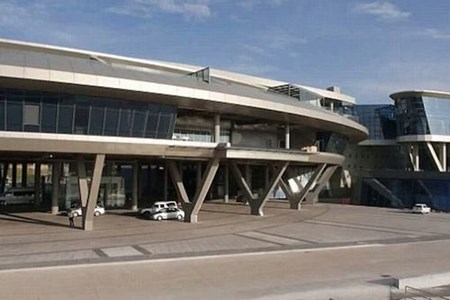 Phần lớn kiến trúc khu nhà được làm từ thép và kim loại dày.
