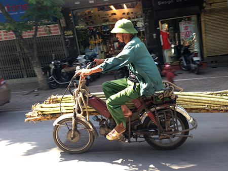 Xe cũ nát tung hoành trên đường phố Hà Nội