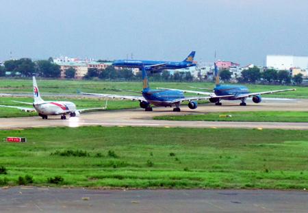 Thêm những chiếc máy bay kéo hàng dài chờ đợi một chuyến bay hạ cánh mới có thể ra đường băng.