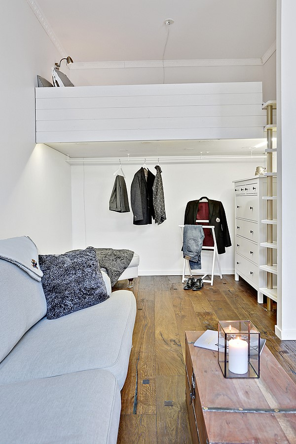 Căn hộ chỉ có 1 tầng nên chủ nhân tận dụng gác xép làm giường ngủ. Ngay bên dưới là gác xép là tủ và giá treo quần áo.
