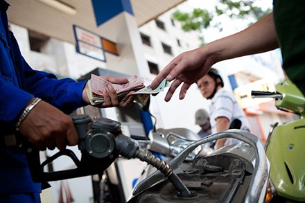 """Giữ nguyên giá xăng, giá dầu giảm """"nhỏ giọt"""""""