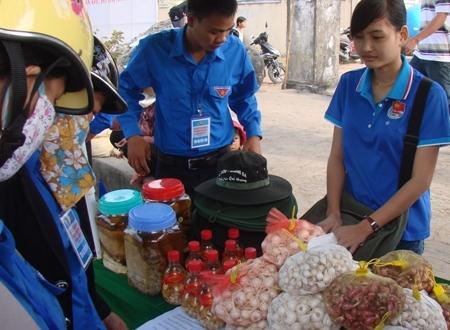 Các đặc sản như tỏi, hành Lý Sơn được du khách chọn làm quà và sử dụng trong gia đình.
