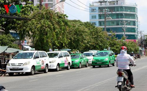 Giá xăng dầu: Doanh nghiệp taxi mong muốn ổn định