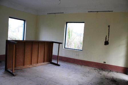 Bàn ghế trong nhà điều hành nằm chỏng chơ, các cánh cửa sổ bị phá tan
