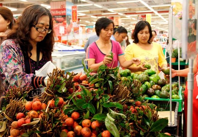 Chọn mua thực phẩm, hoa quả theo đúng mùa để tiết kiệm.