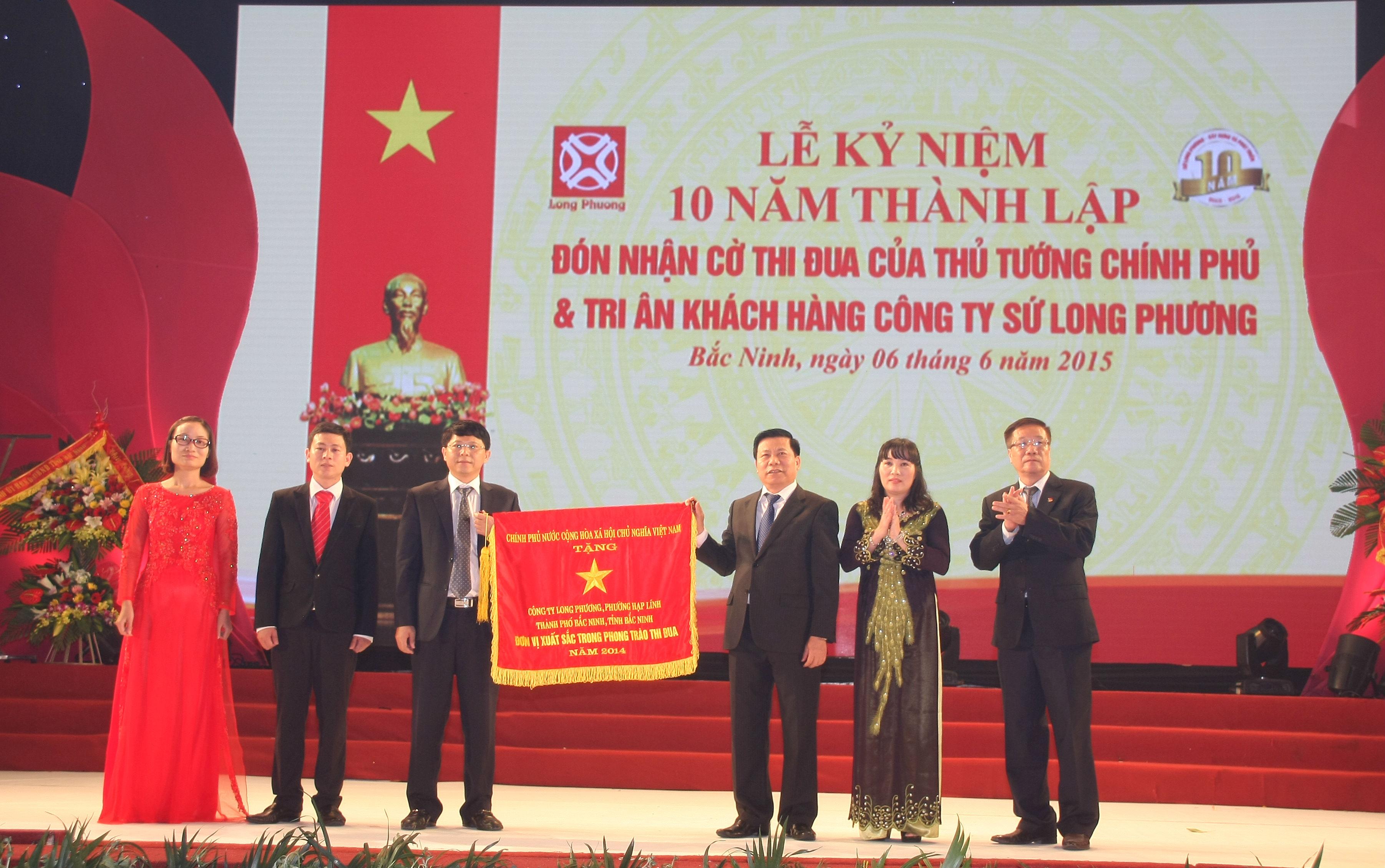 Sứ Long Phương đón nhận Cờ Thi đua của Thủ tướng Chính phủ