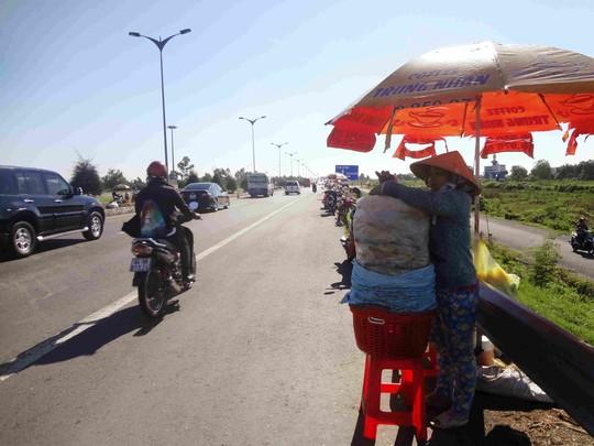 Bán bắp nấu ở đường dẫn cầu Cần Thơ tuy đắt hàng nhưng rất nguy hiểm