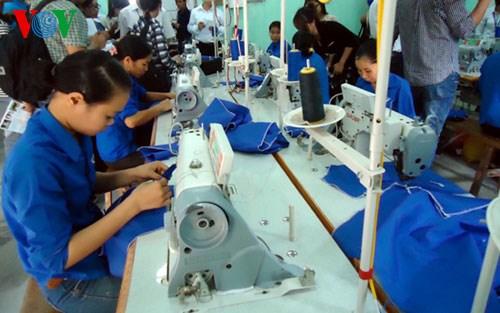 Tăng lương: Doanh nghiệp không vui, người lao động cũng lo