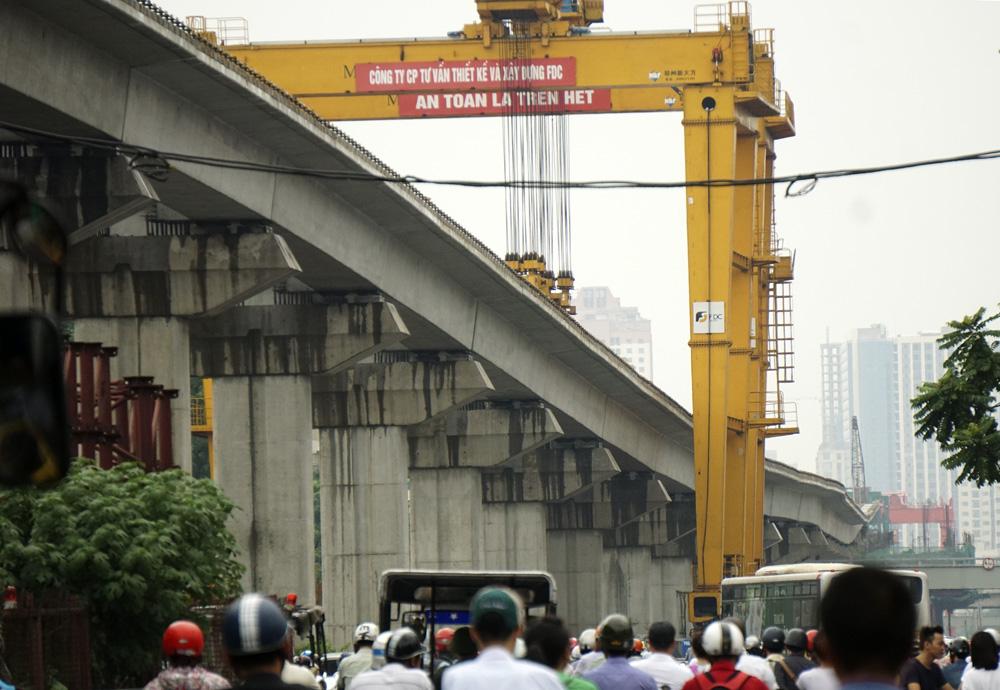 Đường sắt được nhìn thấy từ thành phố bằng phẳng nhưng cao độ lên xuống liên tục như lên đèo.