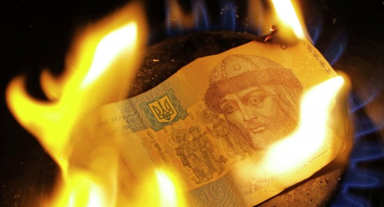 Một đồng Hryvnia (tiền Ukraine) đang cháy. Ảnh: RIA Novosti