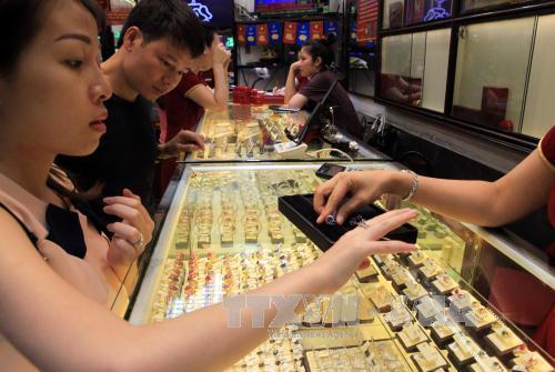 Giá vàng lùi sát 33 triệu đồng/lượng