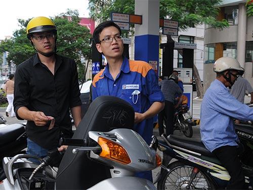 Giá xăng giảm gần 800 đồng/lít từ 15h hôm nay