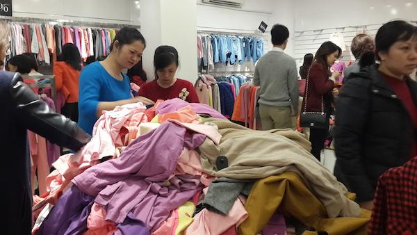 Quang cảnh tan hoang của một cửa hàng thời trang sau cuộc đổ bộ của khách hàng.