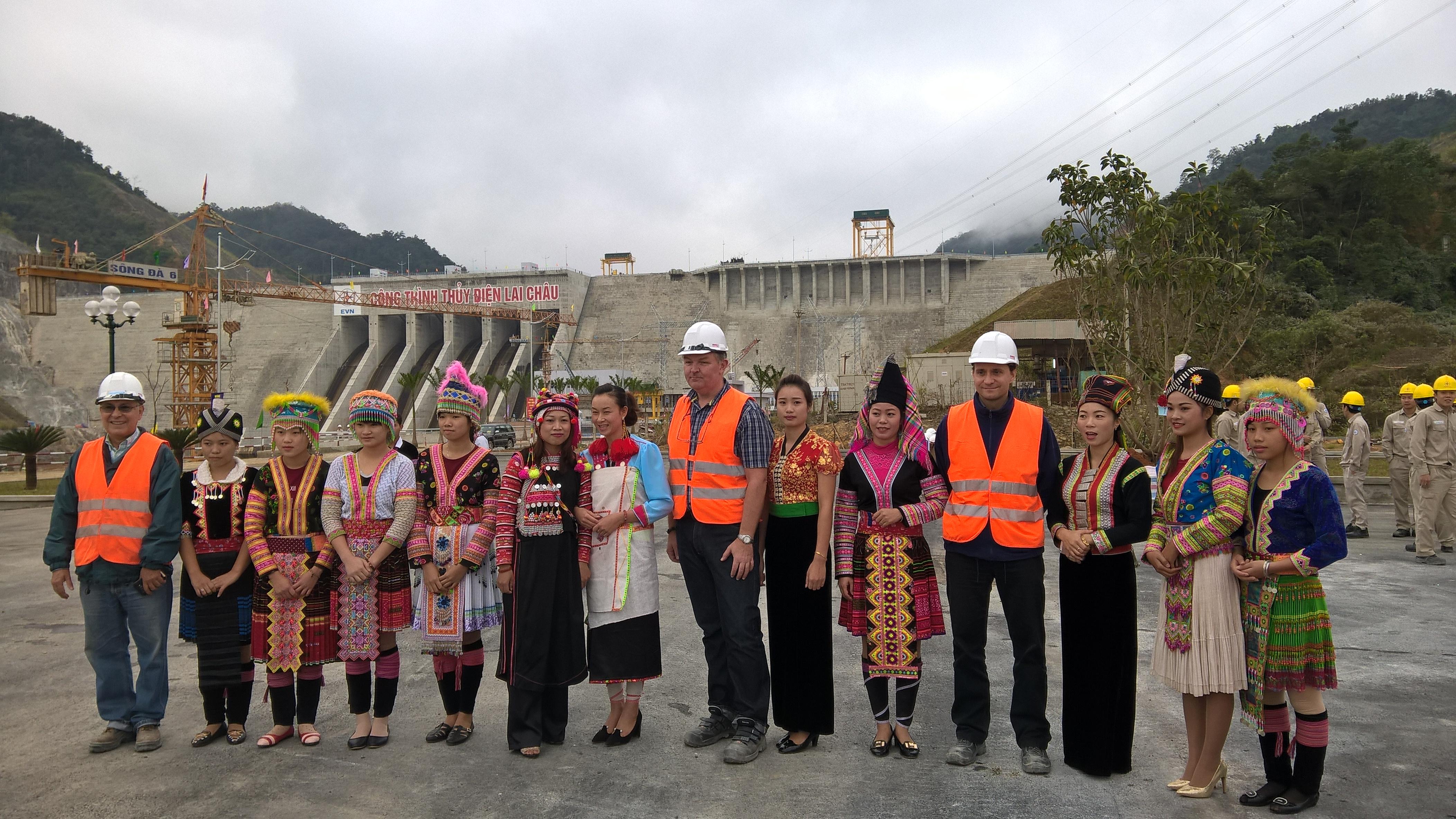 Những chuyên gia, kỹ sư nước ngoài của Nhà máy bên những cô gái Thái, Dao, H. Mông bản địa
